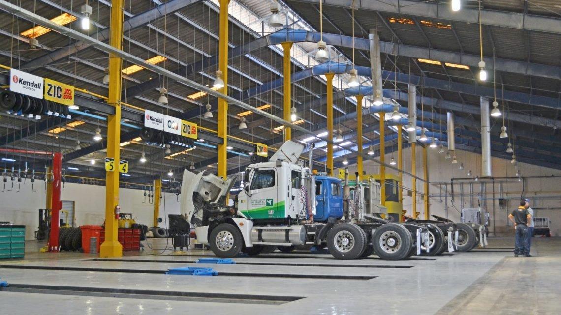 Mit einer LKW Hebebühne sichere Arbeiten am Nutzfahrzeug durchführen